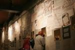 Mury pokrywają, jak w tamtych latach, dziesiątki afiszy i obwieszczeń... .